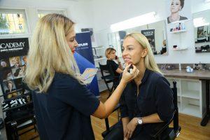Bára Mlezivová, makeup artistka a lektorka Make-Up Institute Prague připravuje Renatu Langmannovou na tiskovou konferenci