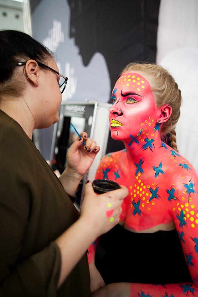 Vizážistka Katka Šulcová během líčení